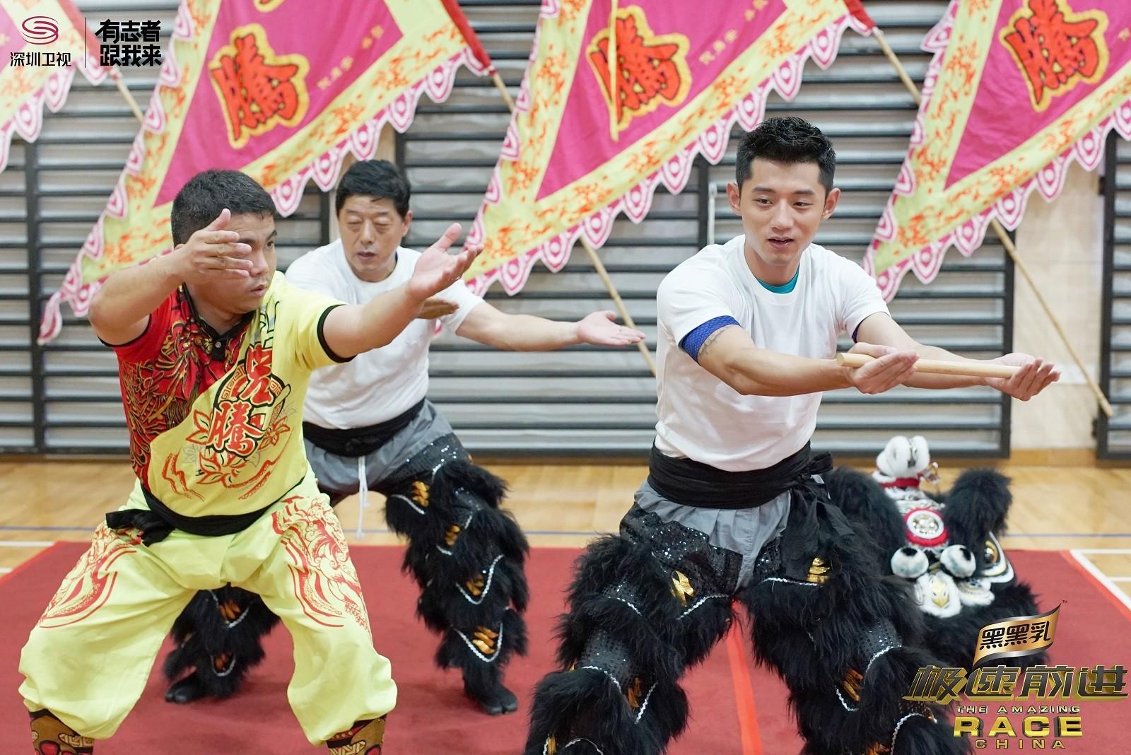 5.张继科和张传铭练习舞狮.jpg